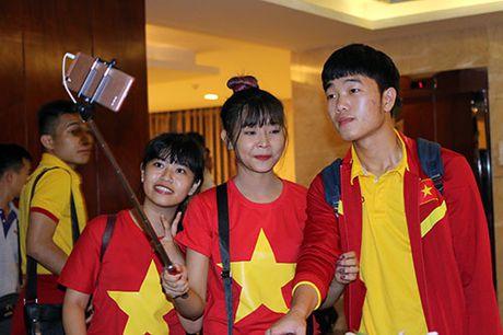 "Den Can Tho, HLV Huu Thang, Cong Phuong bi fan nu ""bua vay"" - Anh 7"