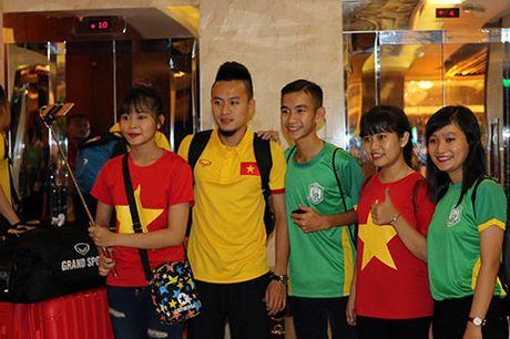 "Den Can Tho, HLV Huu Thang, Cong Phuong bi fan nu ""bua vay"" - Anh 8"