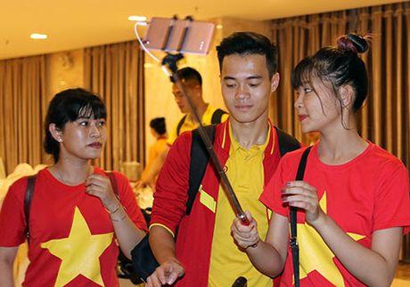 "Den Can Tho, HLV Huu Thang, Cong Phuong bi fan nu ""bua vay"" - Anh 9"