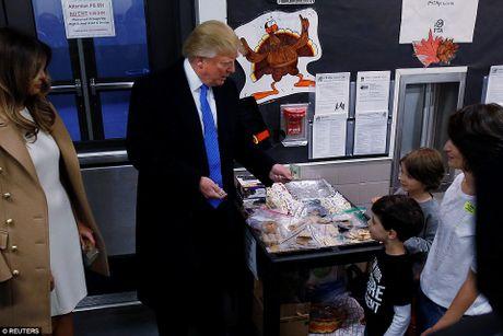 Ong Trum bi la o, ba Hillary duoc chao don khi di bau - Anh 10
