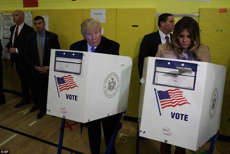 Ong Trum bi la o, ba Hillary duoc chao don khi di bau - Anh 12