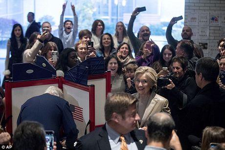 Ong Trum bi la o, ba Hillary duoc chao don khi di bau - Anh 4