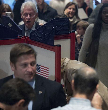 Ong Trum bi la o, ba Hillary duoc chao don khi di bau - Anh 6