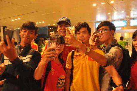 Fan nu 'vay kin' Tuan Anh, Cong Phuong o san bay Can Tho - Anh 1