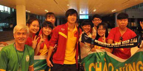 Fan nu 'vay kin' Tuan Anh, Cong Phuong o san bay Can Tho - Anh 3