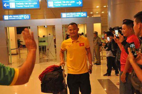 Fan nu 'vay kin' Tuan Anh, Cong Phuong o san bay Can Tho - Anh 4