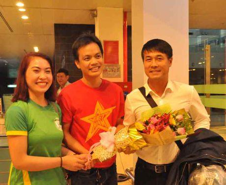 Fan nu 'vay kin' Tuan Anh, Cong Phuong o san bay Can Tho - Anh 5