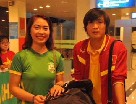 Fan nu 'vay kin' Tuan Anh, Cong Phuong o san bay Can Tho - Anh 6