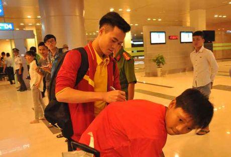 Fan nu 'vay kin' Tuan Anh, Cong Phuong o san bay Can Tho - Anh 7