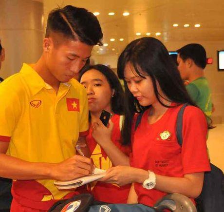 Fan nu 'vay kin' Tuan Anh, Cong Phuong o san bay Can Tho - Anh 8