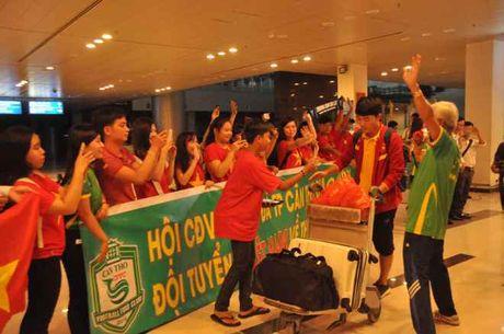 Fan nu 'vay kin' Tuan Anh, Cong Phuong o san bay Can Tho - Anh 9