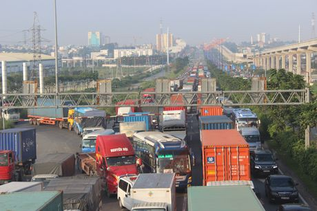 Lat container, ket xe nghiem trong tren quoc lo 1 - Anh 2