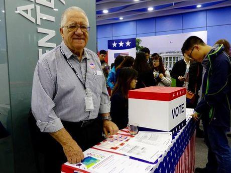 Clinton dan truoc Trump trong tro choi bo phieu tai Ha Noi - Anh 1