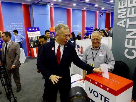 Clinton dan truoc Trump trong tro choi bo phieu tai Ha Noi - Anh 4
