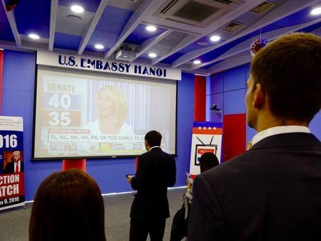 Clinton dan truoc Trump trong tro choi bo phieu tai Ha Noi - Anh 8