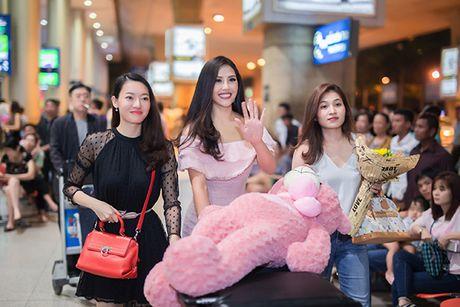 'Nu hoang trang suc' Phuong Chi lan loi nua dem ra san bay don Nguyen Thi Loan - Anh 1