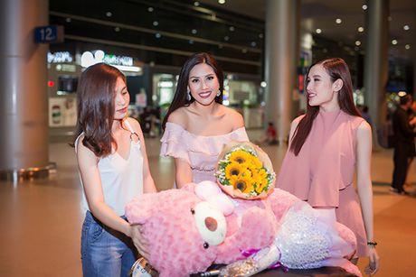 'Nu hoang trang suc' Phuong Chi lan loi nua dem ra san bay don Nguyen Thi Loan - Anh 2