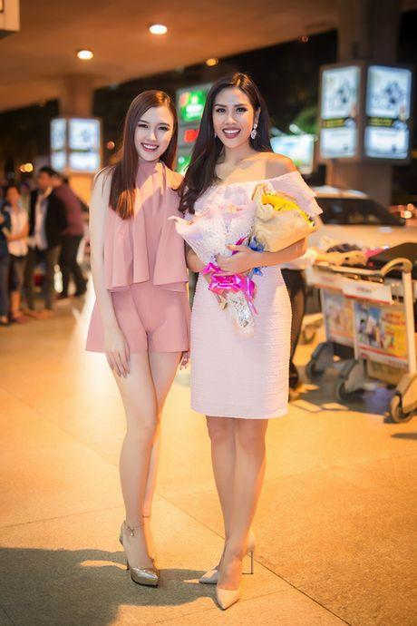 'Nu hoang trang suc' Phuong Chi lan loi nua dem ra san bay don Nguyen Thi Loan - Anh 3
