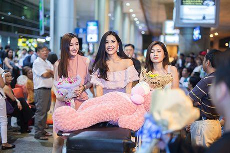 'Nu hoang trang suc' Phuong Chi lan loi nua dem ra san bay don Nguyen Thi Loan - Anh 6