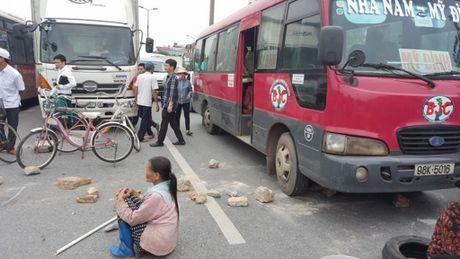 Nguoi dan chan xe tren cao toc noi voi san bay Noi Bai xin… xay cau vuot - Anh 1