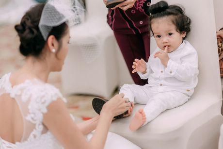 A hau Diem Chau tro lai san dien cung con trai dau long - Anh 3