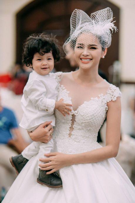 A hau Diem Chau tro lai san dien cung con trai dau long - Anh 4