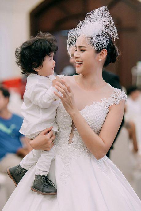 A hau Diem Chau tro lai san dien cung con trai dau long - Anh 5