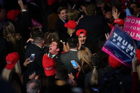 Bao chi da mang den cho Trump co hoi vang chien thang - Anh 1