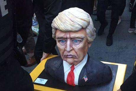 Chiec banh hinh khuon mat buon cua Donald Trump tro thanh chu de anh che moi - Anh 1