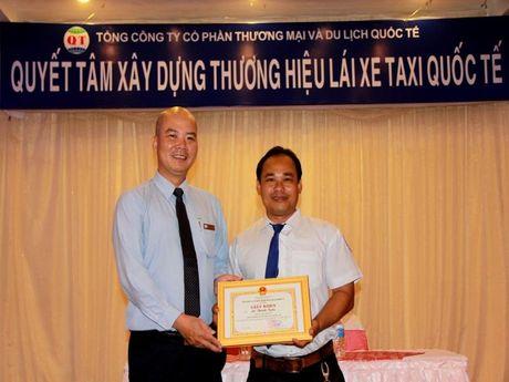Khen thuong tai xe tra lai 900 trieu dong cho khach - Anh 1