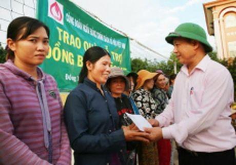 Ngan hang Chinh sach trao hon 2.100 suat qua cuu tro ba con vung lu mien trung - Anh 1