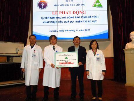BV Viet Duc ho tro mua the bao hiem y te cho nguoi dan vung lu cua Ha Tinh - Anh 1