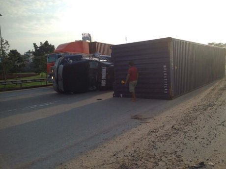 Xe container lat nhao, xa lo Ha Noi ket cung hon 2h - Anh 1