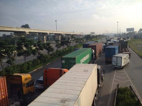 Xe container lat nhao, xa lo Ha Noi ket cung hon 2h - Anh 3