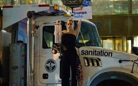 Lady Gaga bieu tinh, nuoc mat nhat nhoa vi Trump thang cu - Anh 1