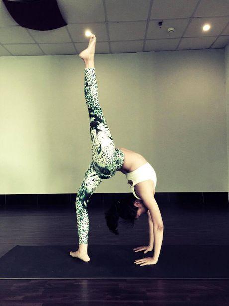 Ba me 8X xinh dep 'deo nhu keo keo' nho tap yoga - Anh 7