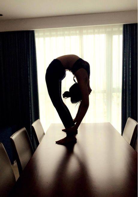 Ba me 8X xinh dep 'deo nhu keo keo' nho tap yoga - Anh 9