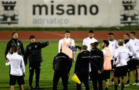Tuyen Duc tap luyen xuyen man dem truoc ngay gap San Marino - Anh 1