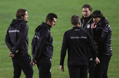 Tuyen Duc tap luyen xuyen man dem truoc ngay gap San Marino - Anh 5