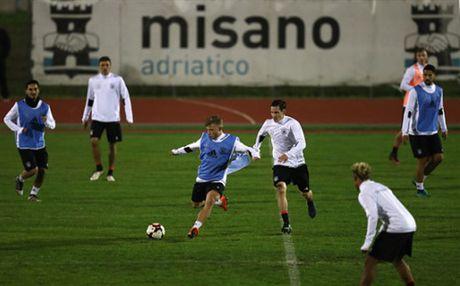 Tuyen Duc tap luyen xuyen man dem truoc ngay gap San Marino - Anh 6