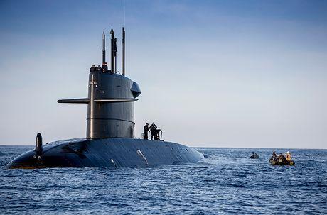 Mo xe tau ngam NATO vua bi chien ham Nga tom gon - Anh 4
