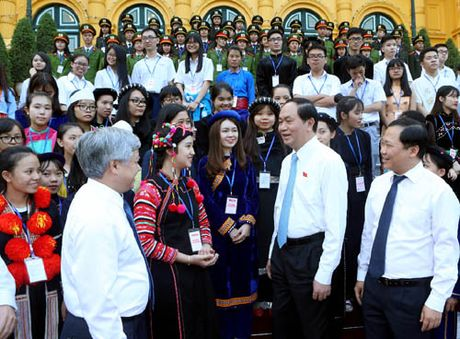Co gai Ha Nhi hai lan duoc gap Chu tich nuoc - Anh 2