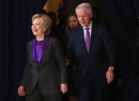 Ly do ba Clinton mac do tim khi xuat hien lan dau sau 'bai tran' - Anh 1