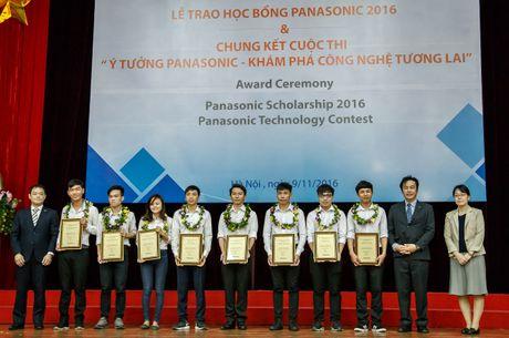 8 sinh vien ngheo duoc nhan hoc bong toan phan - Anh 1