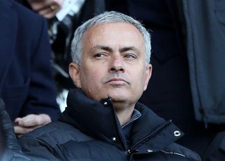 HLV Mourinho bat ngo yeu cau dieu tra doi ngu y te tai M.U - Anh 2