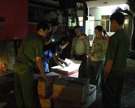 Xe khach giuong nam 'cong' hon 4000 goi thuoc la lau - Anh 1