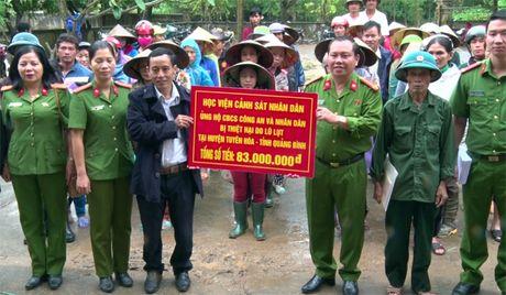 Hoc vien Canh sat tang qua cho nhan dan vung lu Quang Binh - Anh 1