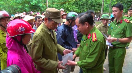 Hoc vien Canh sat tang qua cho nhan dan vung lu Quang Binh - Anh 2