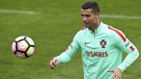 Ronaldo dang cap hon Ronaldinho, xung dang doat QBV - Anh 1