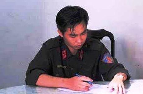 """""""Thuong uy canh sat co dong"""" rom, chan nguoi giua duong de chiem doat tai san - Anh 2"""